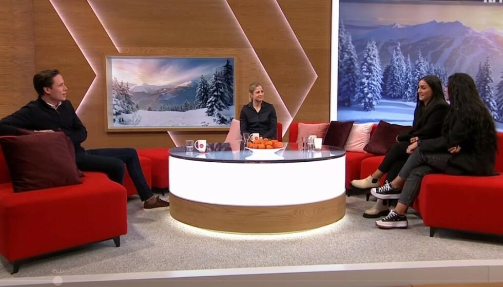 SPORTSSØNDAG: NRKs sportsstudio søndag. Ledet av Emil Gukild, her med tidligere skiløper Astrid Uhrenholt Jacobsen og influencer-tvillingene Vita og Wanda Mashadi. Skjermpdump: NRK