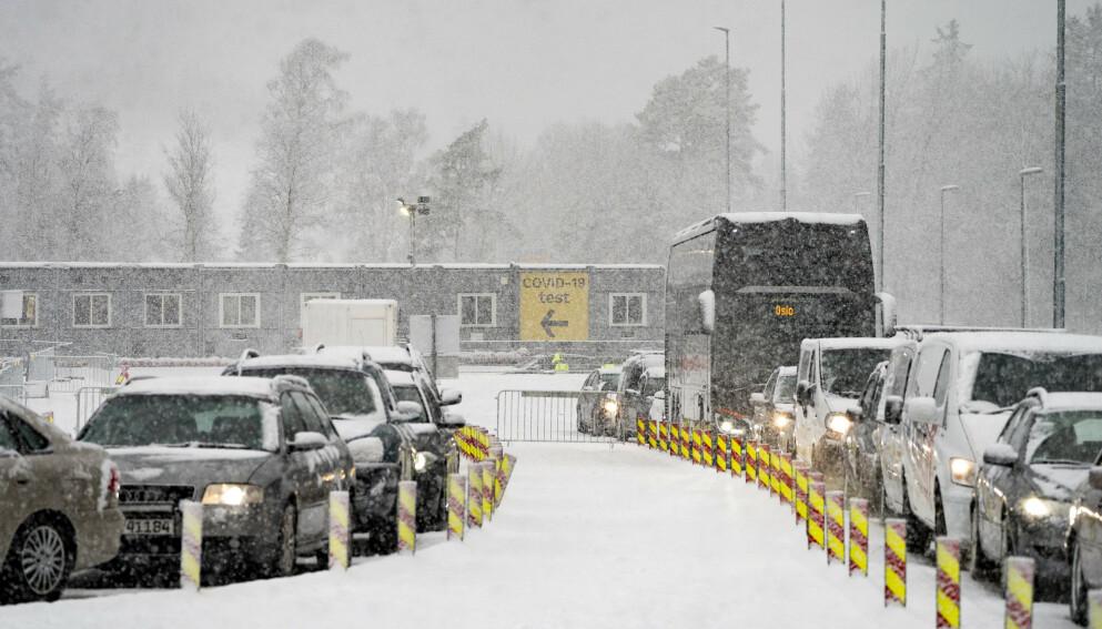 RETT FORBI: Halden kommune har oppskalert testkapasiteten på Svinesund, men har oppdaget at noen fortsatt kjører rett forbi. Foto: Torstein Bøe / NTB