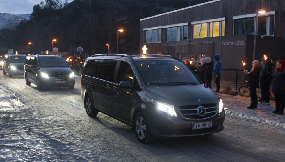 VISTE STØTTE: Kortesje med bårebiler med brannofrene i Vågan kjører forbi Svolvær skole. Flere hundre var møtt fram med fakler, lys og hilsner for å vise sin respekt og støtte til de pårørende. Foto: Aidem Media / NTB