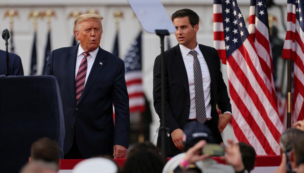 IKKE MED: Her John McEntee og Donald Trump sammen i fjor. Foto: Reuters/NTB.