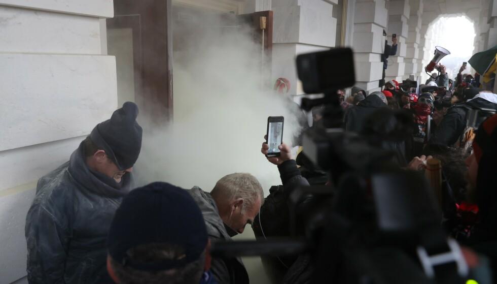 ALVORLIG: - Den kriminelle handlingen var svært alvorlig, og en passende straff bør vente de skyldige, skriver innsender. Bildet viser hvordan kongressbygningen ble stormet 6. januar i år. Foto: Tasos Katopodis / Getty Images / AFP / NTB