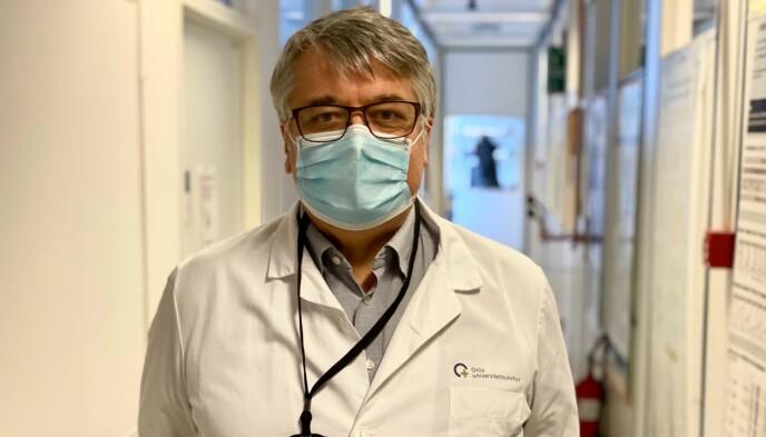 800 PRØVER DAGLIG: Avdelingsleder Dag Undlien forklarer hvordan de kan sjekke 800 prøver for virusmutasjon daglig. Foto: Emilie Rydning / Dagbladet