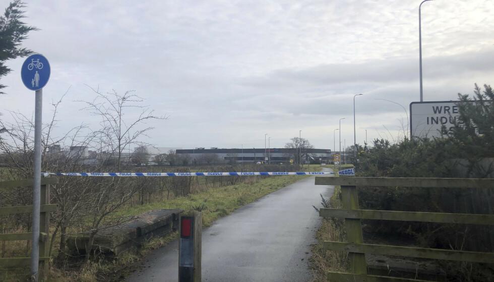 SPERRER AV: Politiet sperret av området rundt en legemiddelfabrikk i Wales onsdag etter at de ansatte mottok en mistenkelig pakke. Foto: AP / NTB