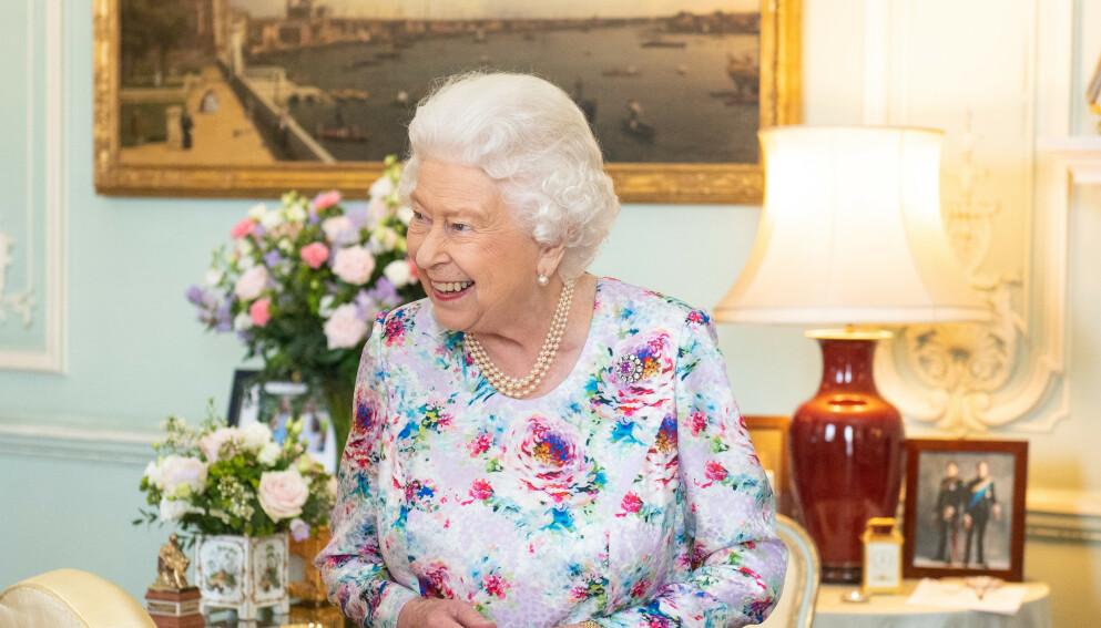 STORT SMIL: Dronning Elizabeth har både selvironi og en rungende latter, røper forfatter Sally Bedell Smith i et nytt intervju. Foto: Dominic Lipinski / Pa Photos / NTB