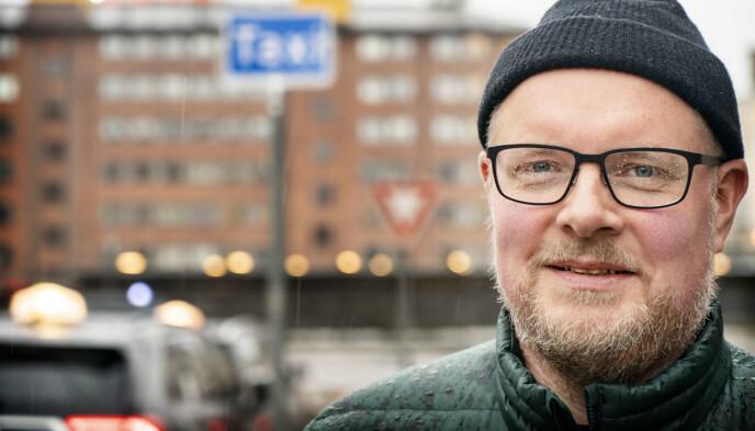 FRA SPØK TIL ALVOR?: Steinar Sagen gjør som Anders Grønneberg, og lover å spise anmelderens skinnjakke dersom Tix skulle stikke av med seieren i Eurovision. Foto: Hans Arne Vedlog / Dagbladet