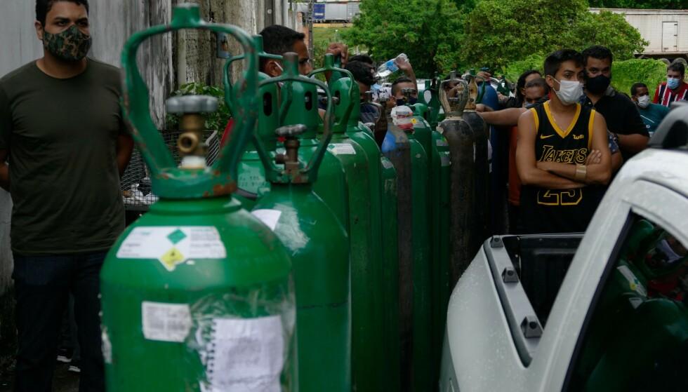 LANGE KØER: Folk står i lange køer for å kjøpe oksygen privat. Sykehusene er overfylte og tomme for oksygen. Foto: Shutterstock / NTB