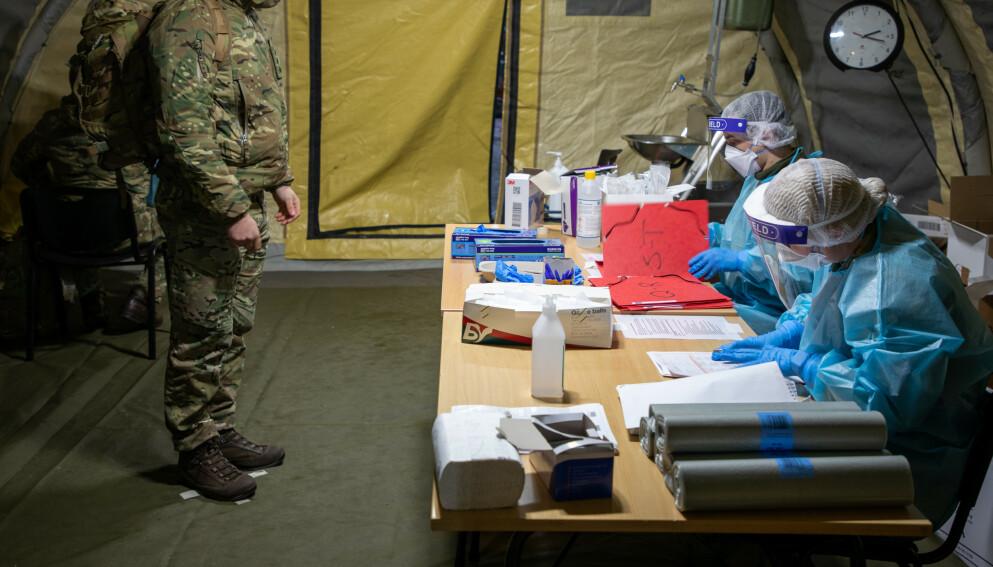 TESTES: En britisk soldat blir coronatestet før Joint Viking-øvelsen i Bardufoss. Foto: Øyvind Baardsen / Forsvaret