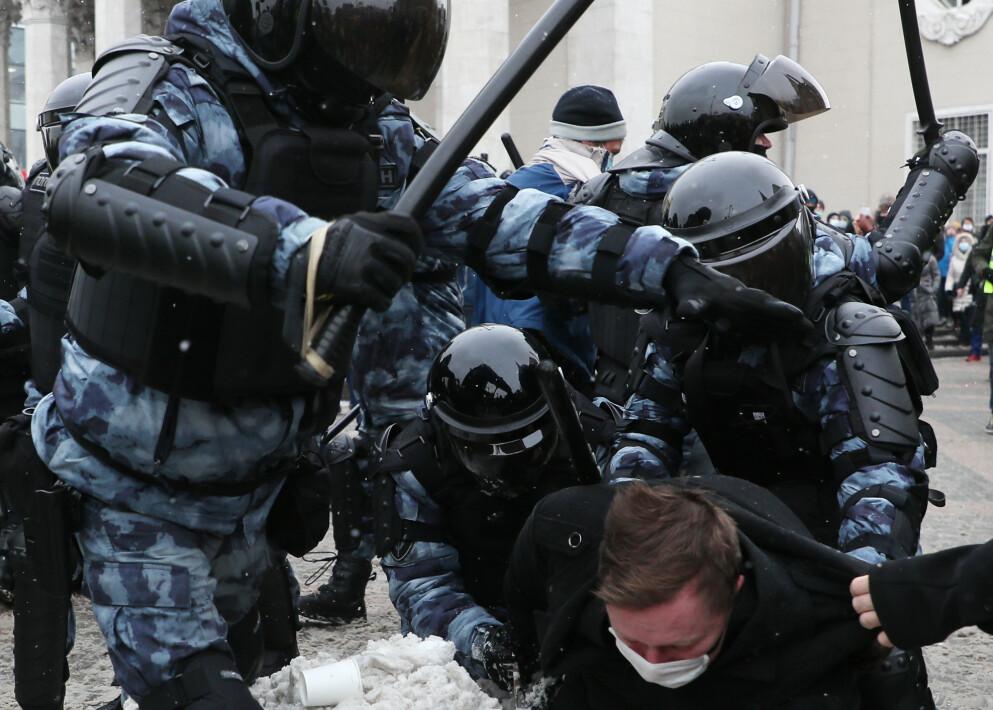 VEKKER SINNE: Bilder ar russisk sikkerhetspoliti som slår fredelige demonstranter med batonger er noe det reageres veldig på i Russland. - Putin har vært assosiert med orden, og politivold er noe russere reagerer veldig på, sier Julie Wilhelmsen, Russland-ekspert ved NUPI. Foto: Tass / NTB