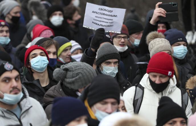 LØSLAT DE FENGSLEDE: Står det på arket som én av demonstrantene har med seg i byen Yekatrinburg i Russland. Over hele landet forventer en demonstrasjoner. Hovedstaden Moskva er stengt ned, mens stemningen for å protestere mot president Vladimir Putin og hans regime bare øker, ifølge BBC-korrespondent. Foto: TASS / NTB