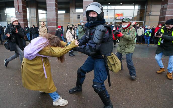 TØFFE TAK: En kvinne blir anholdt for å være med i en ulovlig demonstrasjon til støtte for den fengslede opposisjonslederen Aleksej Navalnyj i St. Petersburg. Foto: TASS / NTB