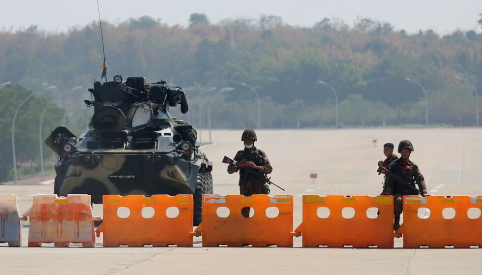 MILITÆRSTYRE: Soldater har fylt gatene i hovedstaden Naypyitaw. De militære sier de skal styre Myanmar i ett år. Regjeringssjef Aung San Suu Kyi og andre politiske ledere er arrestert. Foto: Reuters / NTB Scanpix