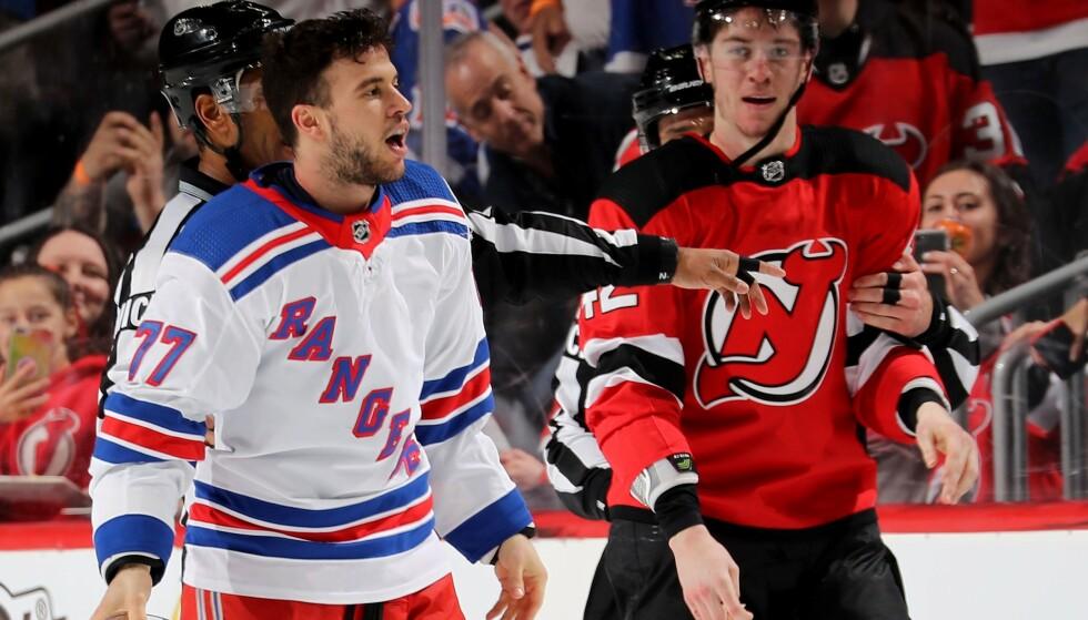 HISSIG: Tony DeAngelo her avbildet i 2019 etter et slagsmål på isen med New Jersey Devils' Nathan Bastian som står i bakgrunnen. Foto: NTB