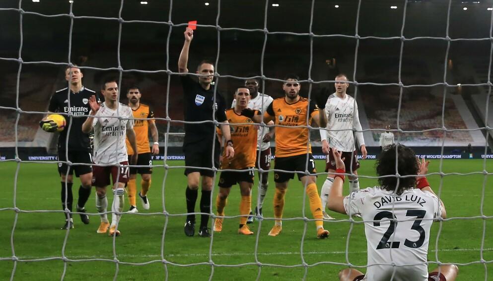 UTVIST: David Luiz måtte ta en tidlig dusj i kampen mot Wolverhampton. Foto: NTB