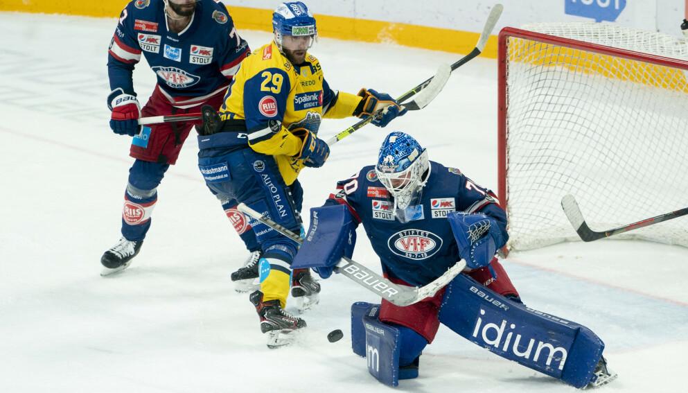 RAMMET: Storhamars Robin Dahlstrøm i duell med Vålerenga-keeper Steffen Søberg. Foto: Fredrik Hagen / NTB