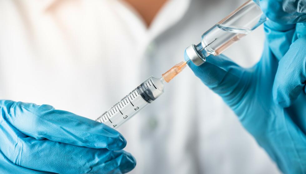 BIVIRKNINGER AV VAKSINENE: Fagmiljøene vet en del om hva risikoen for at det kan oppstå langtidsbivirkninger etter coronavaksinene er, og også hva slags bivirkninger det i tilfelle kan være snakk om. ILLUSTRASJONSFOTO: Shutterstock/ NTB/ Scanpix