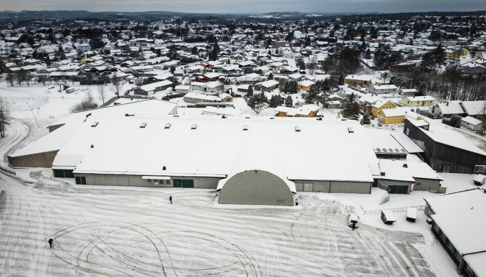 ALLE SPOR FØRER HIT: Men den aller første smitten i Halden Ishall vet ennå ikke helsemyndighetene i kommunen hvor kommer fra. Foto: Bjørn Langsem / Dagbladet.