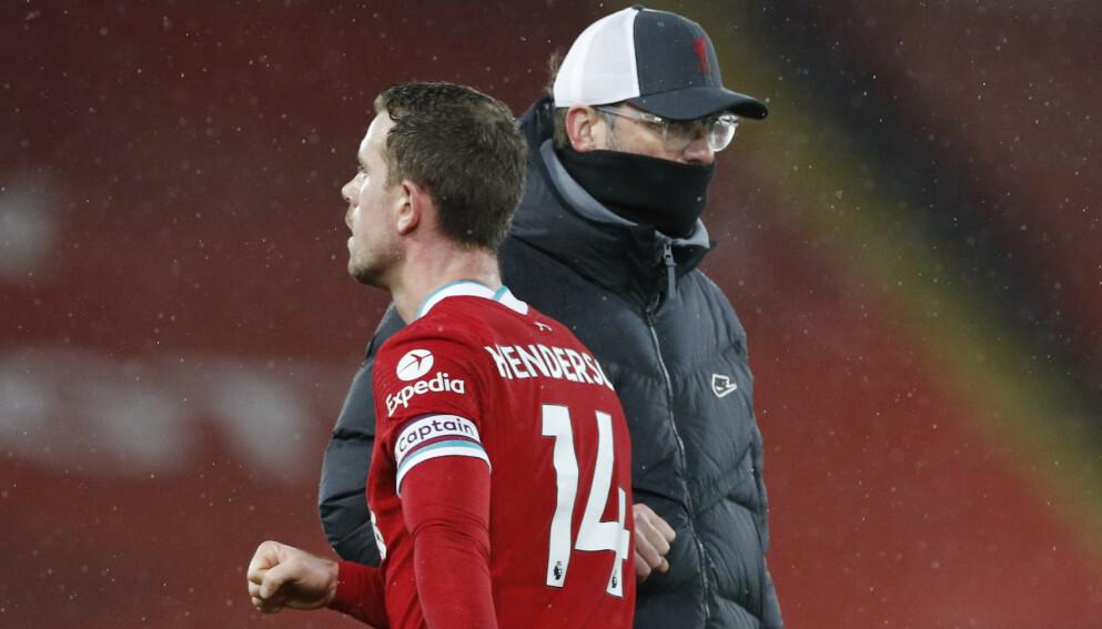 FORTVILET: Liverpool-kaptein Jordan Henderson og manager Jürgen Klopp etter Brighton-tapet. Foto: NTB
