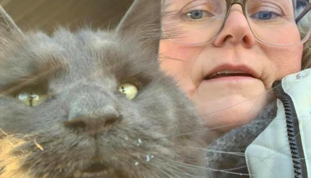 GJENSYNSGLEDE: Ylva Johnsen (49) og katten Zoe ble gjenforent torsdag. Foto: Privat