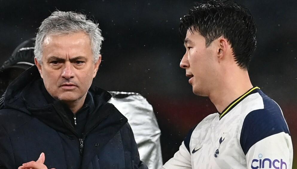 FRUSTRERT: Tottenham-manager José Mourinho sammen med Heun-min Son etter tapet mot Chelsea torsdag kveld. Foto: NTB