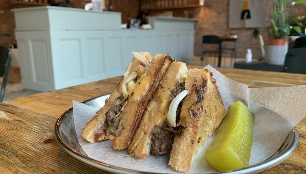 VARME SANDWICHER: På nyåpnede Løkka deli er det varme deli-inspirerte sandwicher. Her en patty melt med en hjemmelaget dill pickle.