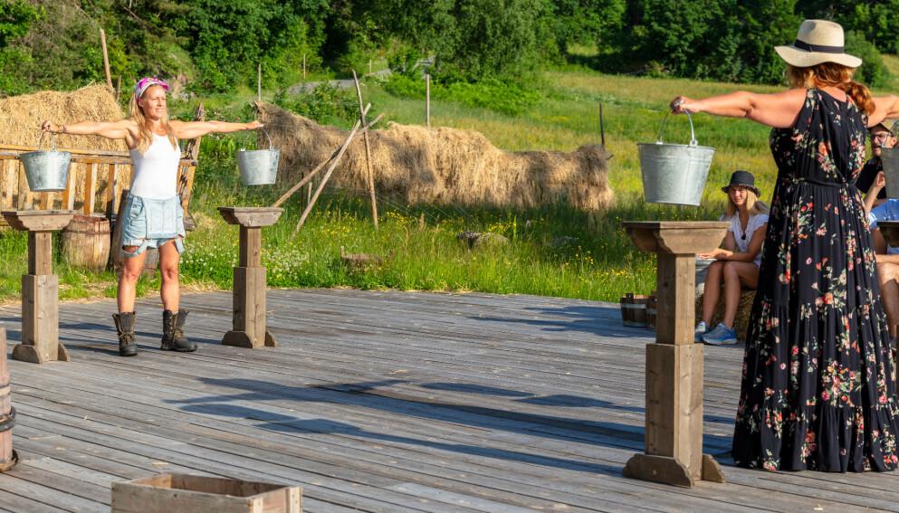 INNGIKK AVTALE: Sølje Bergman (til venstre) er klar for den femte uka i «Farmen kjendis». Det er ikke Signy Fardal, som tapte søndagens tvekamp med vilje. Foto: Alex Iversen / TV 2