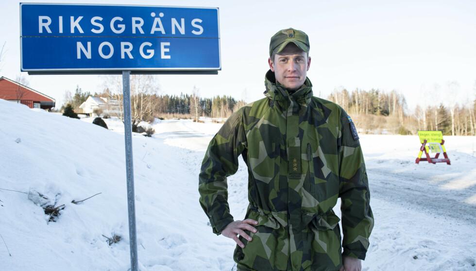 VOKTER GRENSA: Kompanisjef Dan Andrén bevåker grensa mot Norge ved Håvilsrud i Värmland. Foto: Tommy Pedersen/TT / NTB