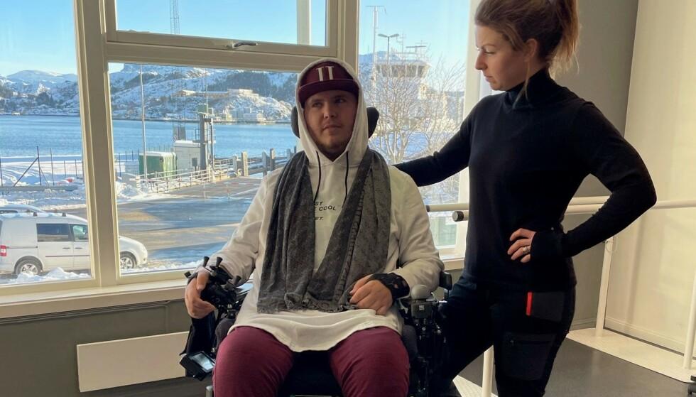REAGERER: Daniel Larsen og assistenten hans Malene Lunde Sætren mener det er feil at Daniel skal vente til gruppe fire med å bli vaksinert. Foto: Privat