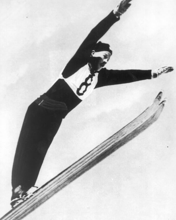 MEDALJEGROSSIST: Birger Ruud tok to OL-gull og tre VM-gull på 1930-tallet. Her fra OL i Garmisch-Partenkirchen i 1936. Foto: NTB