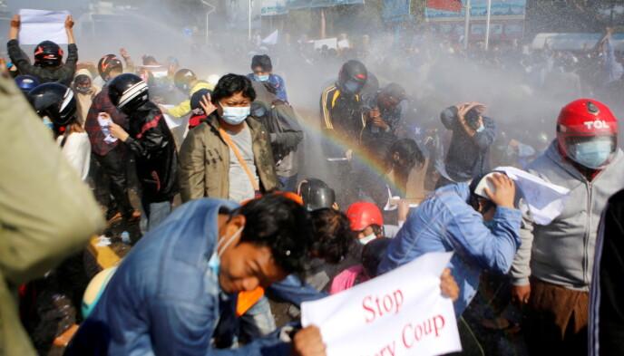 GIR IKKE OPP: Politiet brukte i dag vannkanoner for å stoppe de mange fredelige demonstrantene som krever at militæret gir fra seg makta igjen. De ber også at landets valgte leder, Nobelpris-vinner Aung San Suu Kyi, blir løslatt. Bildet er fra Naypyitaw by. Foto: Reuters / NTB