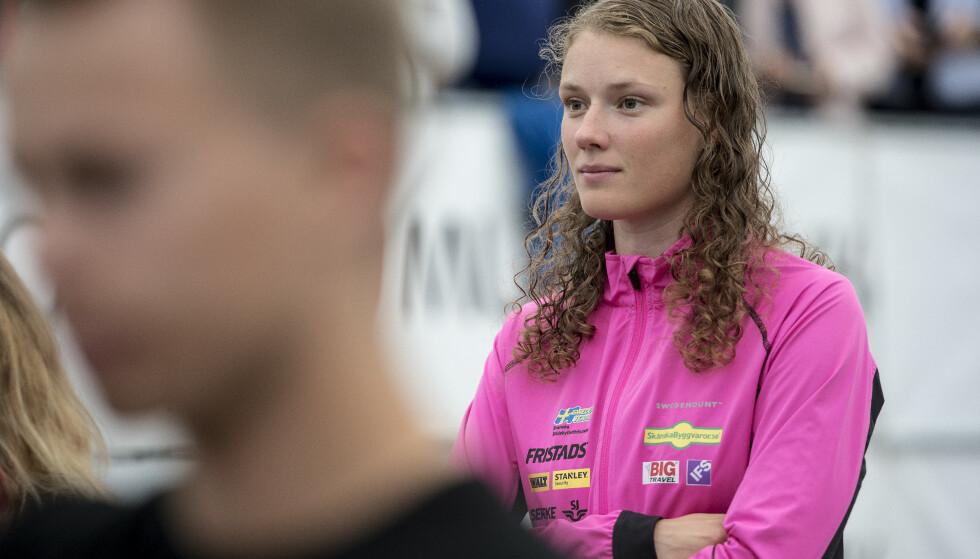 ROSER BLANDENDE LAG: Hanna Öberg slår et slag for de blandende lagene i skiskytings-stafettene i VM og verdenscupen, hvor kvinner og men utgjør lagene. Hun mener langrennssporten henger etter der. Foto: NTB