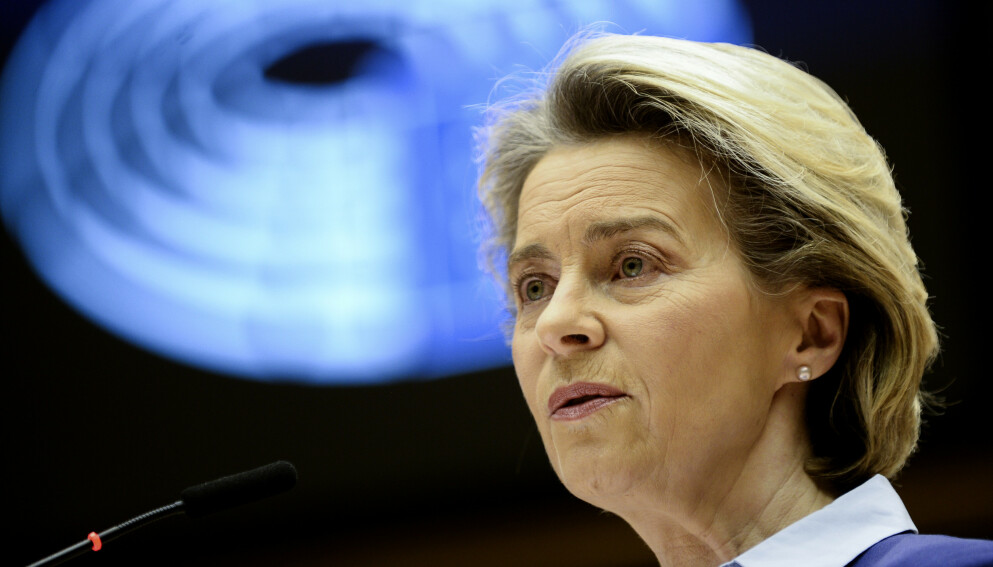 STRATEGI: EU-kommisjonens president Ursula von der Leyen innrømmet feil i vaksinestrategien for EU-parlamentet, men forsvarte kjernen av strategien. Foto: AP/NTB.