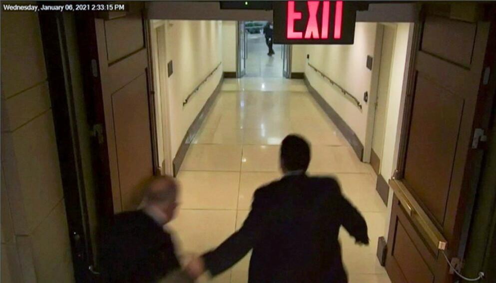 FLYKTET: Demokratenes flertallsleder i Senatet, Chuck Schumer, var blant dem som kom seg unna mobben i siste sekund, viser videoer. Foto: Det amerikanske Senatet