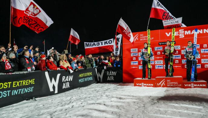 Første plass: Kamil Stoch (midt på scenen) fra Polen vant Raw Air for menn i fjor. Foto: Khair Olson / NDP