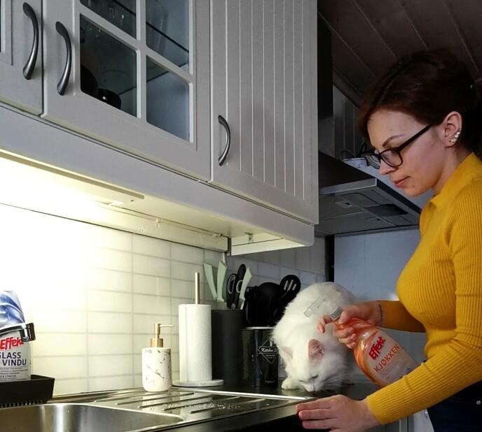 RENT OG PENT: Både Sabina og kattene hennes satte pris på de nye vaskesprayene. Foto: Privat