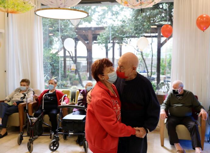 MOT NORMALITET: De siste ukene har det vært svært få eldre blant de nye covid-19-smittede borgerne. Her tok beboerne på et eldresenter i Netanya seg en dans etter å ha blitt vaksinert. Foto: REUTERS / NTB