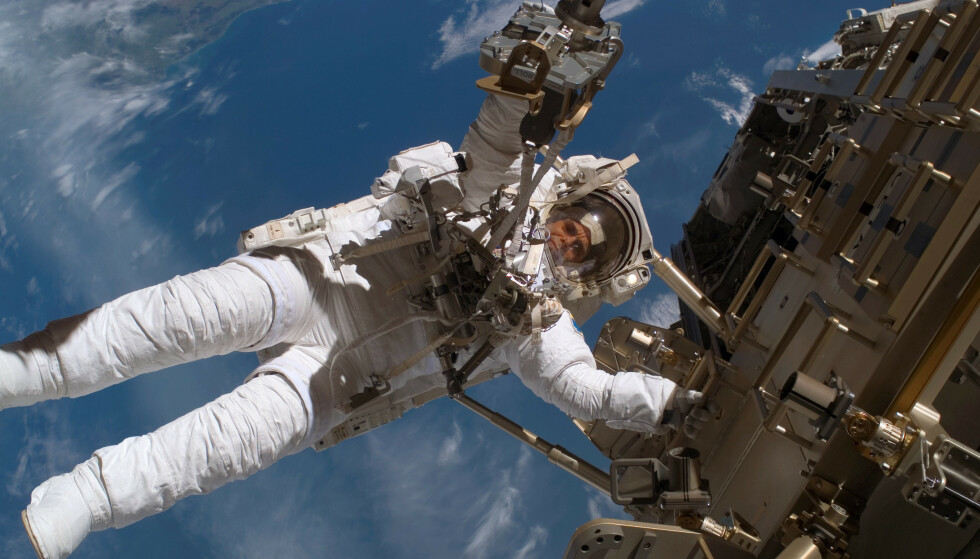 VERDENSROMMET: NASA-astronaut Christer Fuglesang fotografert i verdensrommet på sin andre tur utenfor romstasjonen i 2006. Nå åpner Den europeiske romorganisasjonen ESA for nye astronauter fra alle medlemsland. Foto: NASA / SCANPIX