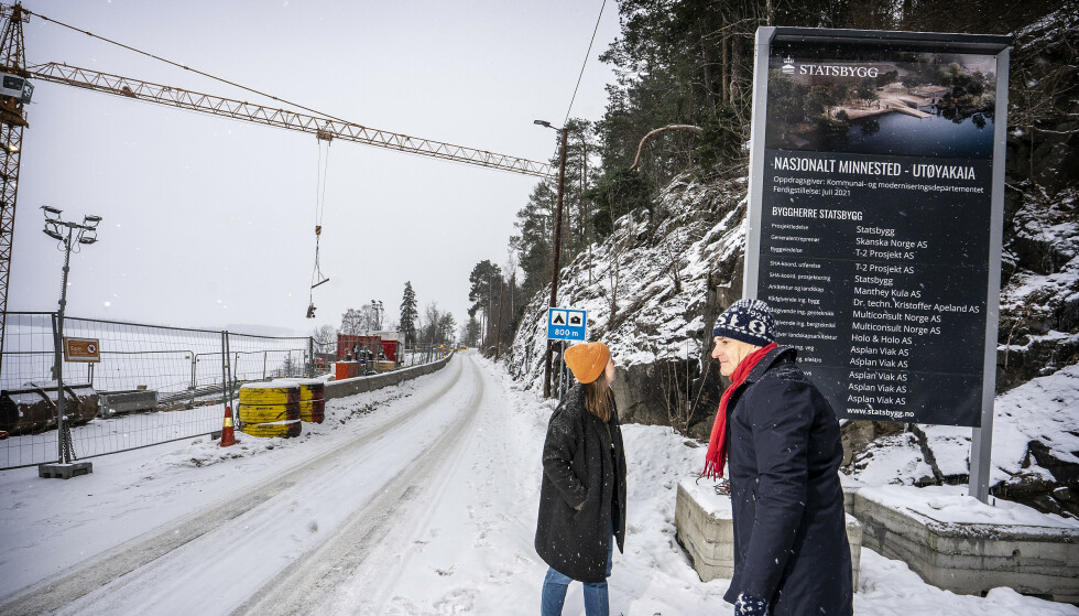 MINNESMERKE: Nedenfor veien, på Utøyastranda, bygger Statsbygg det nasjonale minnesmerket over Utøya-ofrene. Det skal stå ferdig til 10-årsmarkeringen 22. juli i år. AUF-leder Astrid Hoem og Ap-leder leser informasjonen om prosjektet. Foto: Hans Arne Vedlog / Dagbladet