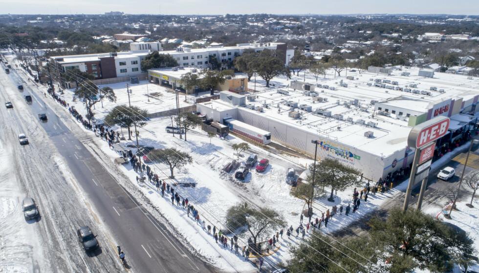 KØ: Folk sto tirsdag i lange køer for å kjøpe dagligvarer i byen Austin i Texas. USA har de siste dagene blitt rammet av en ekstrem kuldebølge, og Austin er dekket av et teppe med snø. Foto: Jay Janner / Austin American-Statesman / AP / NTB