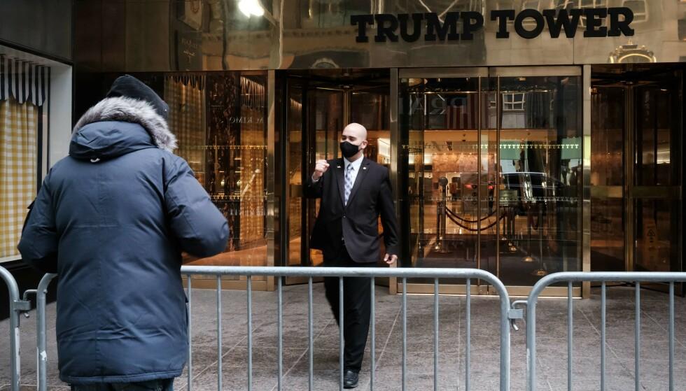 NEW YORK: Etter at president Joe Biden overtok nøklene til Det hvite hus har politiet i New York begynt å lette på sikkerhetstiltakene rundt Donald Trumps eiendommer i New York. Foto: AFP/NTB.