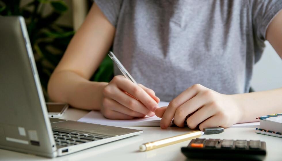 BEKYMRINGSFULLT: Nå kan elevene slippe å vise at de klarer å skrive lengre, komplekse tekster til norskeksamen i tiende klasse. Foto: Shutterstock / Scanpix.