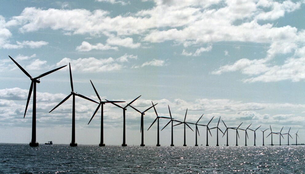 TIL HAVS: Rundt 80 kilometer fra land skal danskene bygge en kunstig øy for vindmøller. Bildet er fra Middelgrunden Vindmøllepark utenfor København. Foto: AFP/NTB.