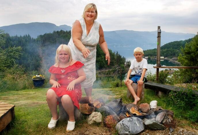FERIE: Erna Solberg forteller om hvordan barna hennes takler medieoppmerksomheten. Her avbildet sammen med Ingrid (9) og Erik (7) på sommerferie i Hardanger i 2006. Foto: Marit Hommedal / NTB
