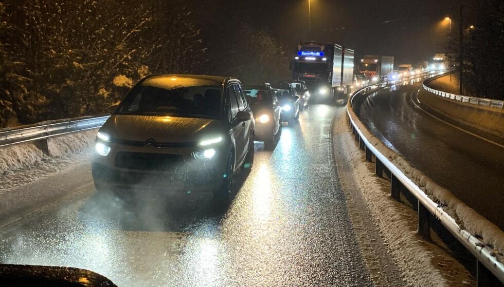 ADVARER: Politiet advarer mot glatte veier flere steder i landet. Foto: Øystein Andersen / Dagbladet .