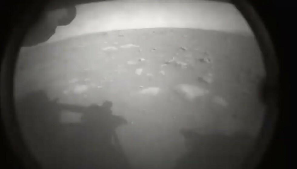 MARS: Dette er det første bildet som Mars-roveren sendte hjem fra Mars. Foto: NASA