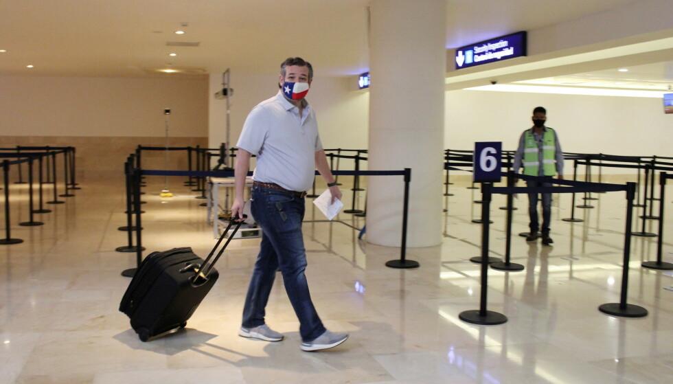 PÅ VEI HJEM: Texas-senator Ted Cruz på flyplassen i Cancun i Mexico på vei hjem igjen til Houston. Foto: REUTERS/Stringer
