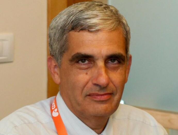 STOLT: David Mossinson er sjefslege på helseforetaket Meuhedet, og har ansvaret for at 1,3 millioner israelere får de helsetjenestene de trenger, inkludert corona-vaksine. Foto: Privat