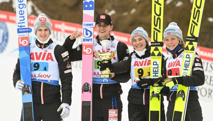 TIL TOPPS: Det norske laget vant mix lagkonkurranse i Rasnov i Romania lørdag. Fra venstre: Halvor Egner Granerud, Daniel-André Tande, Silje Opseth og Maren Lundby. Foto: NTB