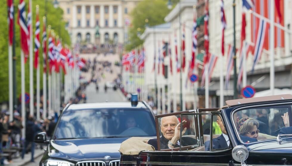 ANNERLEDESÅRET: Kong Harald og dronning Sonja fikk ikke vinket til barnetoget fra slottbalkongen 17. mai i fjor. I stedet kjørte kongeparet rundt i hovedstaden i en åpen bil. Kulturministeren tror det også i år blir en annerledes feiring. Foto: Fredrik Varfjell / NTB