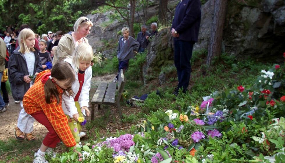 MINNEMARSJ: Flere tusen mennesker var med på minnemarsjen i Baneheia 31. mai 2000, ti dager etter at de to jentene ble funnet. Foto: Lise Åserud, NTB .