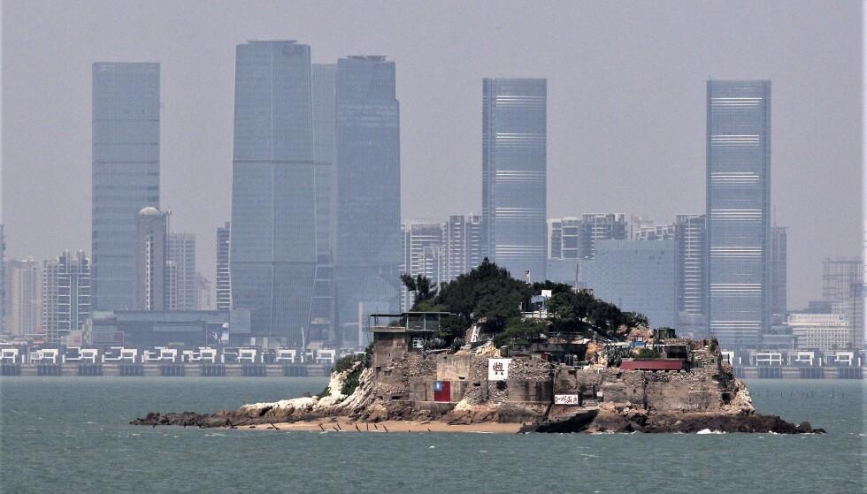 TAIWAN OG KINA: Denne lilla øya er en del av Kinmen-øygruppa, en del av Taiwan. Bak lurer Kina. Dette bildet er blitt en illustrasjon på den betente og kompliserte konflikten mellom Kina og Taiwan. Foto: Reuters / NTB